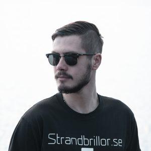 Svarta solglasögon och svart t-shirt från Strandbrillor.se