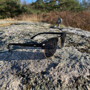 Solglasögon med silverinslag och svart glas