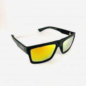 Solglasögon med svart båge och färgat glas