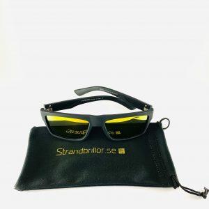 Solglasögon från Strandbrillor.se ovanpå en glasögonpåse