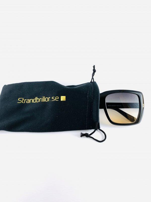 Svarta solglasögon i större modell med förvaringspåse