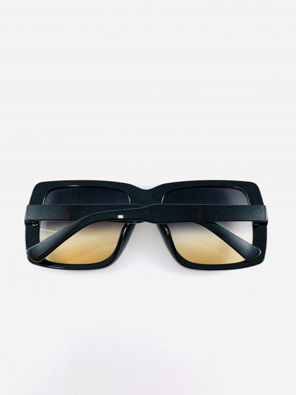 Svarta solglasögon i större modell med skiftande glas