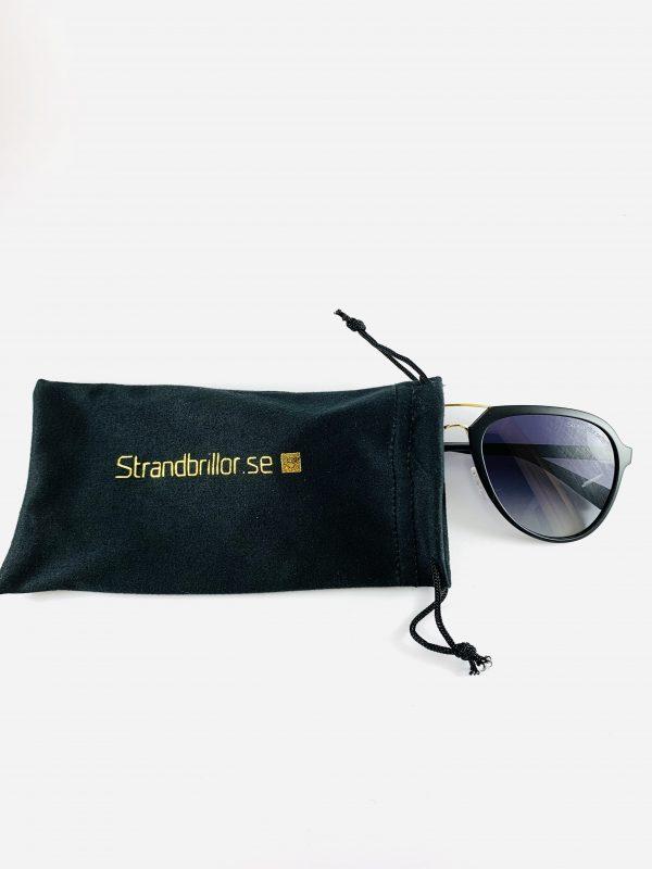Solglasögon med stiliga pilotbågar mörkt glas och tillhörande förvaring