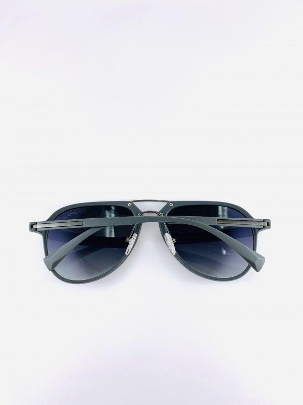 Solglasögon med stiliga pilotbågar och silvriga detaljer