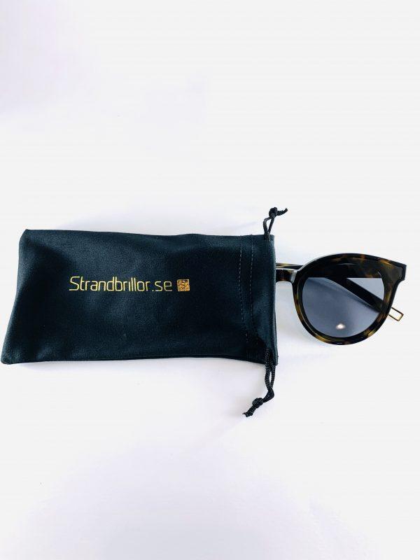 Elly - solglasögon med leopardmönster och tillhörande förvaringspåse