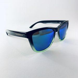 Snygga solglasögon med tonat glas och grön nederkant